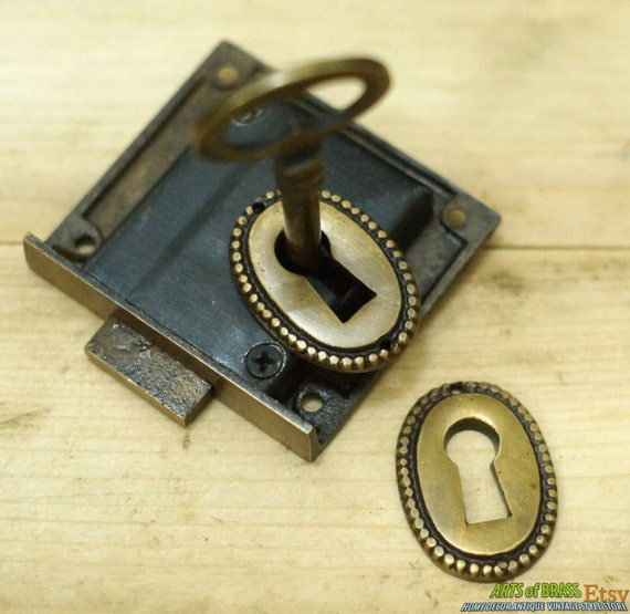 Set vintage round retro cottage chic key hole plate with for Lock and key decor