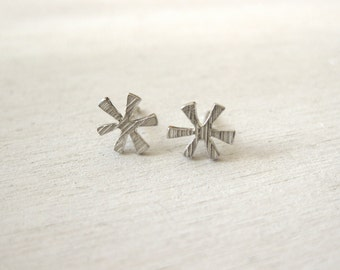 Sparkling star - earrings in silver with fine structure
