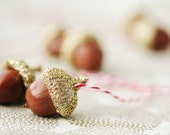 1 set of golden acorns ornament