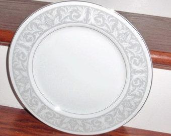 """WHITNEY impérial du Japon 10 3/8"""" porcelaine blanche dîner assiette (s) 5671 motif feuille défile platine garniture Excellent État"""