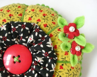 Pincushion - Handy Dandy Yo Yo Flower with 2 Bitty Blossom Pins - A FINISHED PIECE Made by me in Farmstand Calico