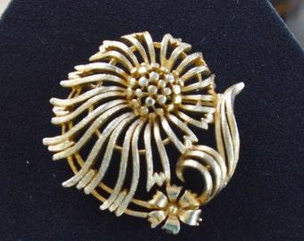 Pretty Vintage Gold tone Floral Brooch, LIsner