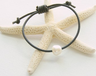 Leather and Pearl Bracelet. Real Freshwater Pearl. Simple Beauty. Unisex