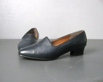 vintage '90s NAVY blue SIMPLE low-heel LOAFERS. size 6.5.