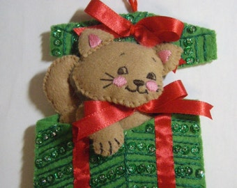 Bucilla Felt KITTEN in PRESENT from the Christmas Pups & Kittens Collection