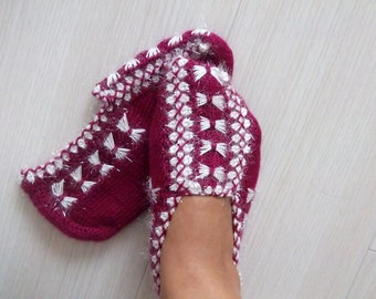 Burgundy and white women house slipper-Hand knit-Winter Home Slippers-Adult size