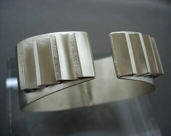 V wave solid silver bracelet