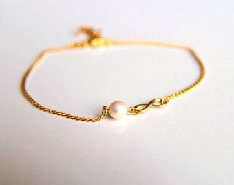 Gold plated infinity charm bracelet with white culture pearl, a perfect gift for her with minimalist style