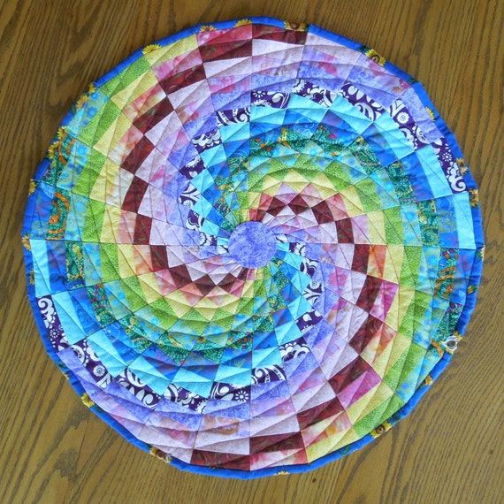 Quilted table topper - Rainbow spiral