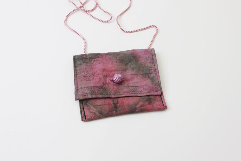 kleiner gebatikter brustbeutel in gr n und rosa. Black Bedroom Furniture Sets. Home Design Ideas