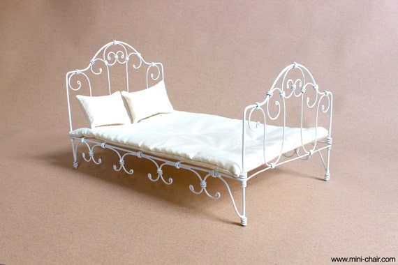 1/6 scale Bed White Wrought Iron with mattress 2 pillows for playscale dolls (Blythe, Barbie, Pullip, Obitsu, Momoko). Bedroom furniture