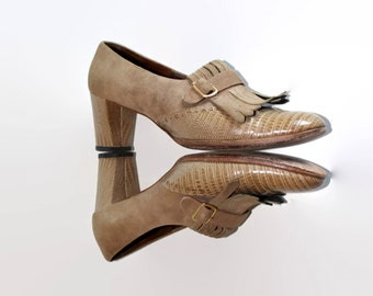 60s beige shoes by Hill and Dale. Vintage chunky heel. Suede leather pumps. Mad Men fashion. Fringes. Size 7 1/2. Round toe. Back to school