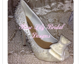 Satin shoe adorned with pearls and lace bow