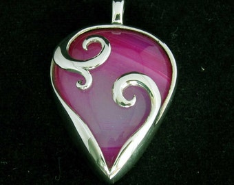 sterling silver gemstone pendant with a pear shaped pink agate marked 925 (GP104)