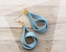 Natural and chic: dangling leather earrings in serenity blue and gold / knot earrings / modern earrings / golden accents