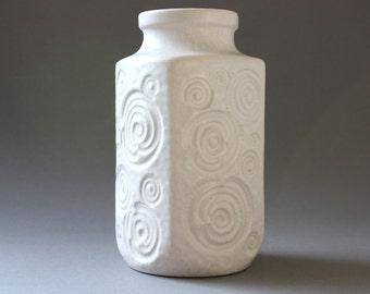 2 wei e vintage vasen mit romantischem relief von. Black Bedroom Furniture Sets. Home Design Ideas