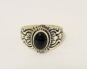 Vintage Sterling Silver Black Oynx Engraved Ring Size 6.25