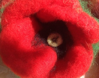 brooch or floral decoration in carded wool poppy