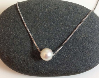 Very simple and modern pearl necklace in sterling silver chain