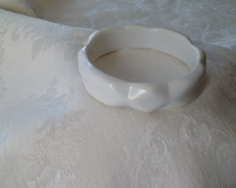 White Scalloped/Faceted Plastic Bracelet