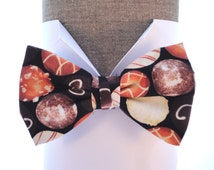"Men's Bow Tie. Bow tie in an all over chocolate print, will fit neck size up ito 20"" (50cms)"