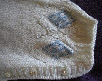 Handmade infant babysuit to ferri, with embroidered diamonds knit stitch