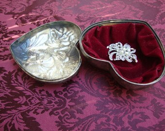 Vintage Ornate Silver Plated Heart Shaped Metal Jewelry Box Lined with Red Velvet Fabric Figural Roses Jewelry Christmas Gift 121