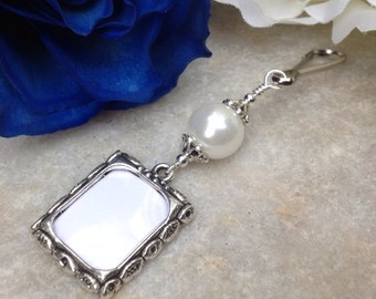 Wedding bouquet photo charm. White pearl Memorial charm w/ small picture frame. Bridal shower gift. Sister gift. Gift for the bride.