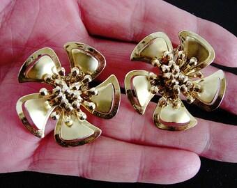 Pretty Pair of Vintage Flower Power Earrings in Gold Tone Metal