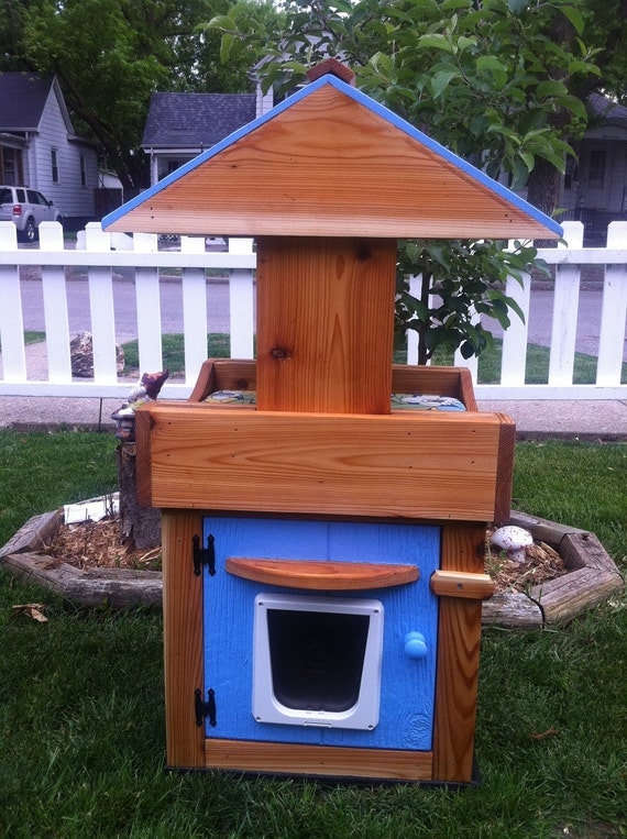 Outdoor Cat House/covered loft/heated pad/shelter/bed
