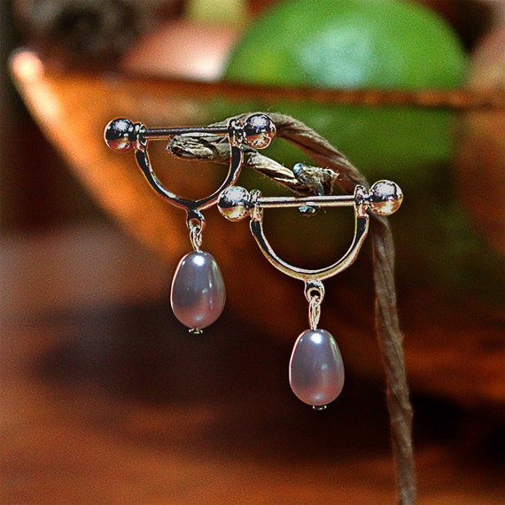 Nipple stirrups with pear-shaped crystal-pearl drops