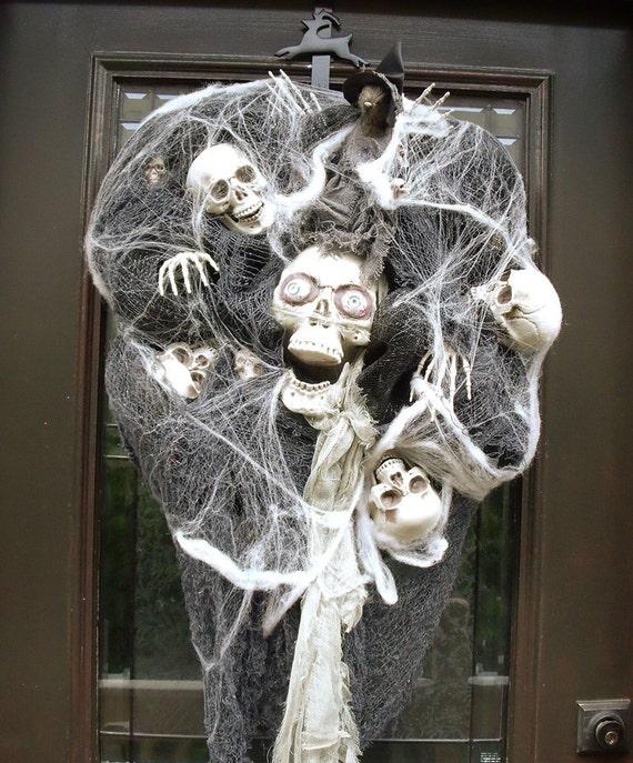 scary halloween wreath skull wreath skull and bones. Black Bedroom Furniture Sets. Home Design Ideas