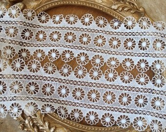 Very cute white color flower   venice  lace  1   yard listing 3.5 wide