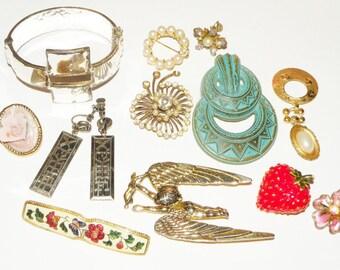 Vintage Destash Jewelry Lot Earrings Pins, charms de stash