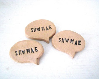 Shwmae (how ya doin' in Welsh) ceramic brooch. Speech bubble badge. Made in Wales, UK