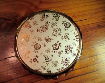 Charming, Beautiful MINT Vintage Gold on White Floral Design W/Scalloped Edges BRASS 1960s Powder Compact
