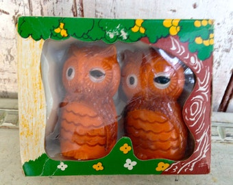 owl salt and pepper shakers new old vintage in original box molded hard plastic, winking owls, brown and black new old