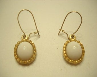 Vintage Dangle Pierced Earrings (5521) White cabochons