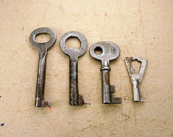 Small Rusty Keys - Set of 4 - Steampunk Supplies - k75