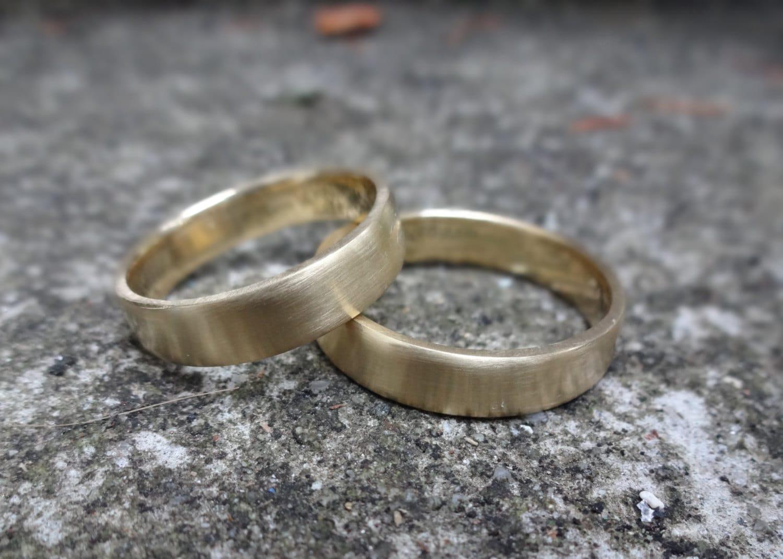 Eheringe gold matt gebürstet  Ein paar einfache Matt Gold Eheringe