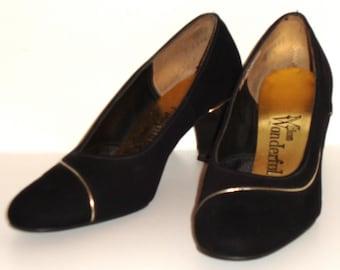 VINTAGE MISS WONDERFUL –  mad men black velvet mid-century deco 40s 50s 60s pumps w/ gold accent sz 6 1/2 - shoes lsh-269