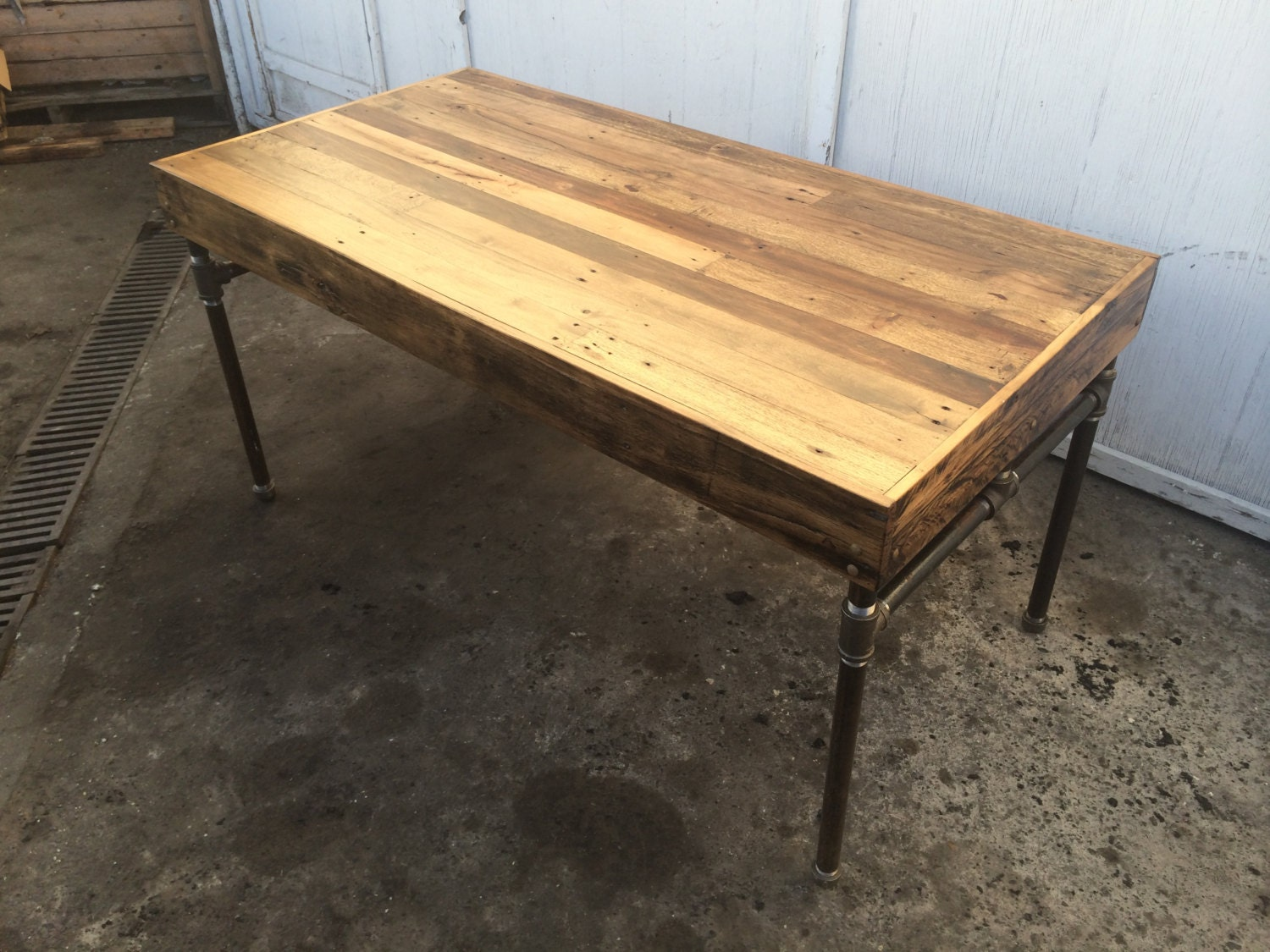 Pallet wood desk with cast iron pipe base for Iron pipe desk