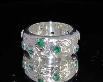 sterling silver gemstone ring with 11 round shaped green emeralds (1.7ct) marked 925 size 8.5 (GR14)