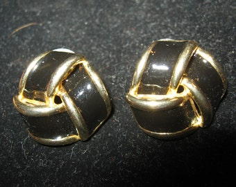 BLACK KNOT EARRINGS Pierce Plastic Enamel  Gold tone Vintage Retro 80s epsteam