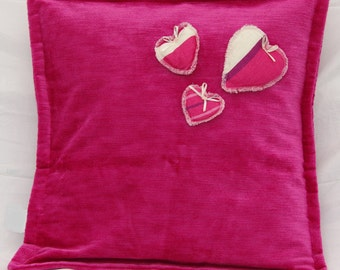 Roze kussen voorzien hartjes. Exclusief vulling.