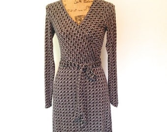 Vintage Grey Print Dress with abstract design. V-neckline, long sleeves and belted waist. By New York Company. Size Small