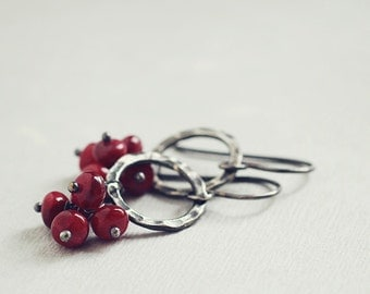 Red RUBY cluster earrings, rustic hammered hoops, oxidized sterling silver - Baies Sauvages