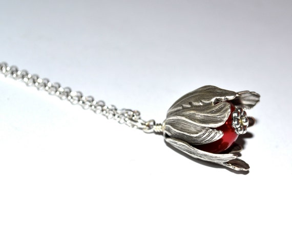 Red Flower Necklace, Silver Petal Charm, Rich Red Pearl, Vintage Style Floral, Simple Necklace, Flower Jewelry, Elegant Jewelry, Red Flower