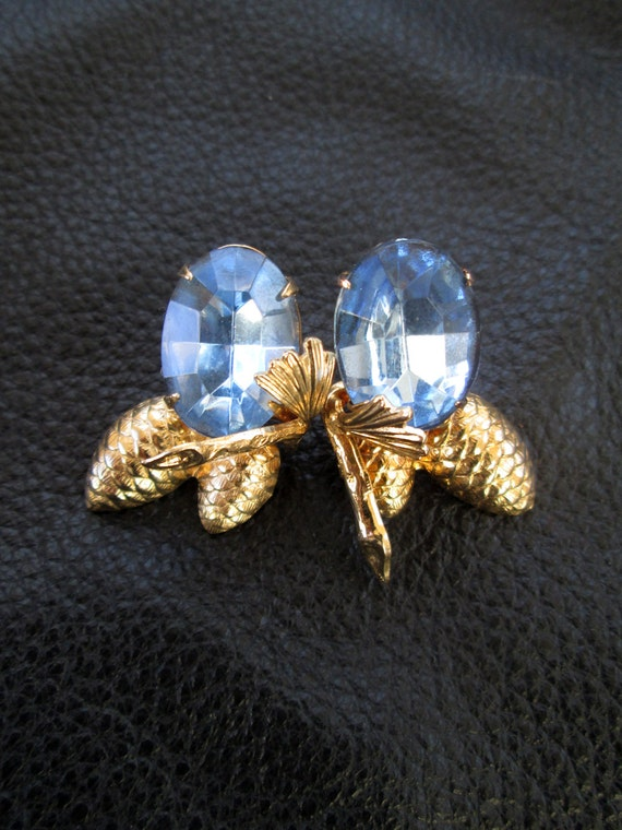 Blue glass earrings, gold tone, pine cones, vintage screw back earrings, blue earrings, vintage costume jewelry