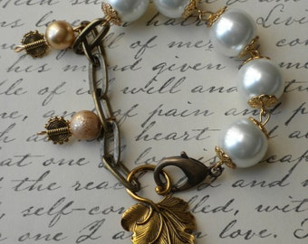 PEARL AND GOLD bracelet with gold leaf charm